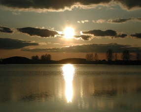 decline_sun_water_reflection_clouds_sky_5710_1280x1024