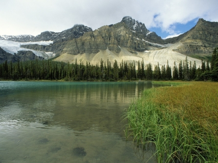 glacial_lake_alberta_canada_mountains_trees_grass_14936_1600x1200