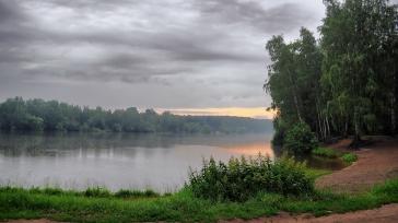 lake_morning_cloudy_trees_coast_nettle_54975_2560x1440