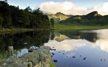 lake_mountains_coast_trees_clouds_ledge_stony_61123_2560x1600