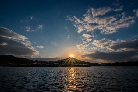 lake_mountains_sunset_110734_5472x3648