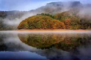 luxembourg_autumn_reflection_trees_lake_100902_2048x1365
