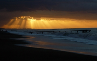pier_sea_waves_light_beams_55381_1920x1200