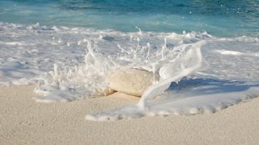 sea_ocean_sand_stone_splash_93546_1366x768