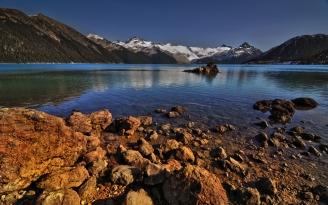 stones_coast_water_lake_transparent_mountains_5525_2560x1600