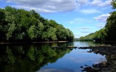 stones_river_trees_coast_summer_clouds_8172_1680x1050