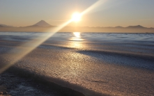 sun_beam_light_diagonal_sea_coast_wave_foam_62652_2560x1600