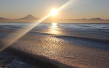 sun_beam_light_diagonal_sea_coast_wave_foam_62652_2560x1600