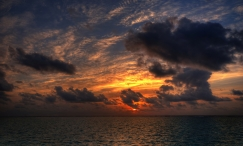 sun_light_paints_shades_sky_clouds_plumose_sea_serenity_52014_2556x1541