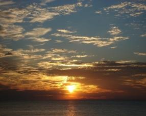 sun_rays_dawn_horizon_rising_sea_line_6994_1280x1024