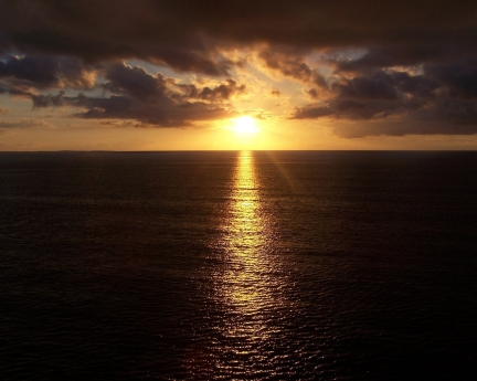 sunlight_line_sea_beams_clouds_reflection_ripples_7016_1280x1024