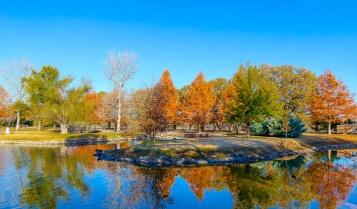 texas_usa_botanical_garden_pond_autumn_109002_2048x1200